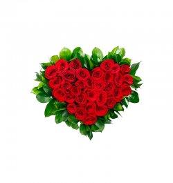 סידור ורדים אדומים בצורת לב