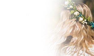 אישה עם זר פרחים על הראש